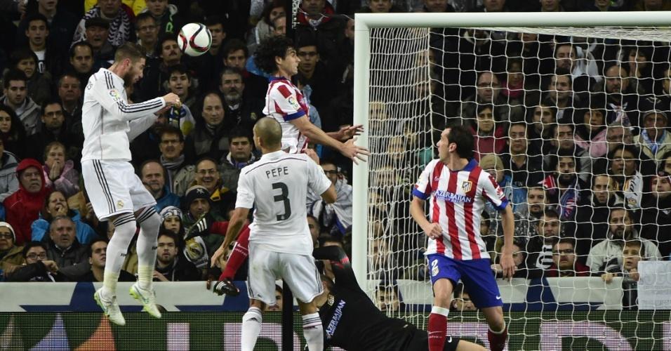 Sergio Ramos cabeceia para empatar o jogo pelo Real contra o Atlético de Madri
