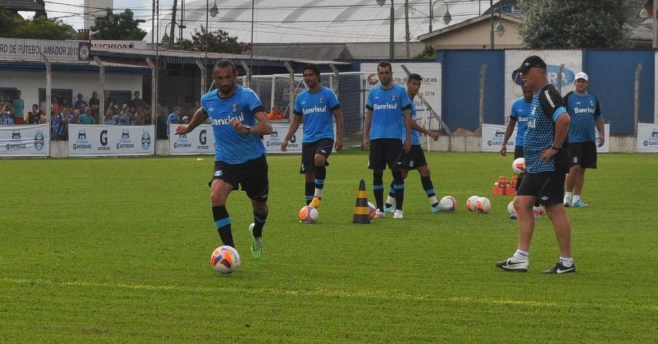 16 jan 2014 - Sob olhar de Felipão, Barcos conclui com pé esquerdo em treino do Grêmio