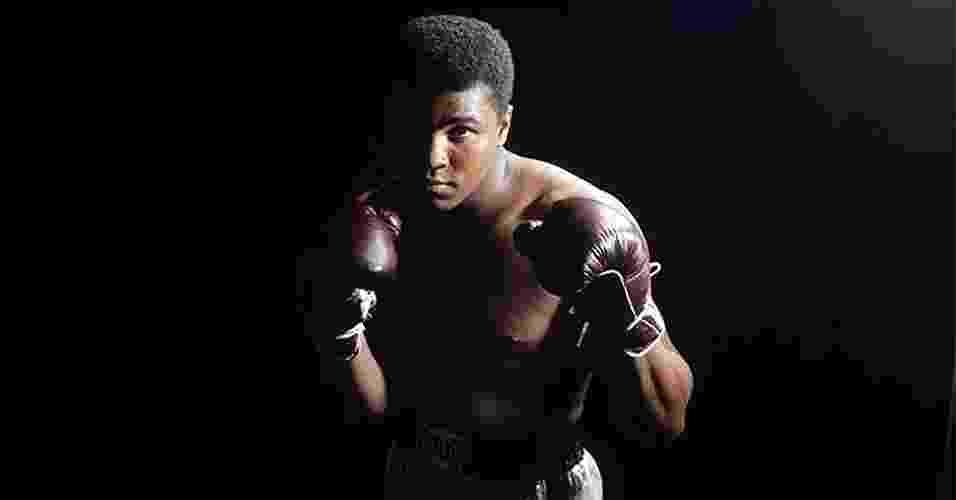 """Nascido como Cassius Marcellus Clay Jr., o americano do Estado de Kentucky adotou o islamismo durante a carreira, além de um novo nome, Muhammad Ali (""""Clay é meu nome de escravo"""", disse, à época). Ele foi um dos maiores da história do boxe, campeão dos pesados mais de uma vez. Mas sua personalidade transcendeu os ringues. Ali peitou políticos, se envolveu em polêmicas raciais e foi adorado por multidões. Com ou sem luvas, foi uma das personalidades mais célebres de seu tempo - Reprodução"""