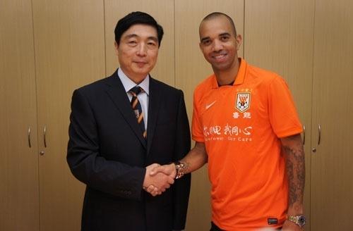 Diego Tardelli já posa vestido com a camisa do Shandong Luneng