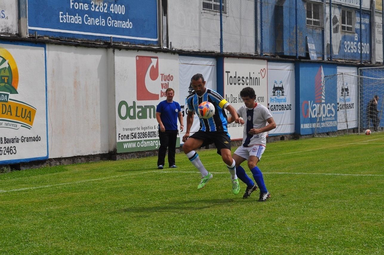 18 jan 2015 - Barcos domina a bola em jogo-treino do Grêmio em Gramado