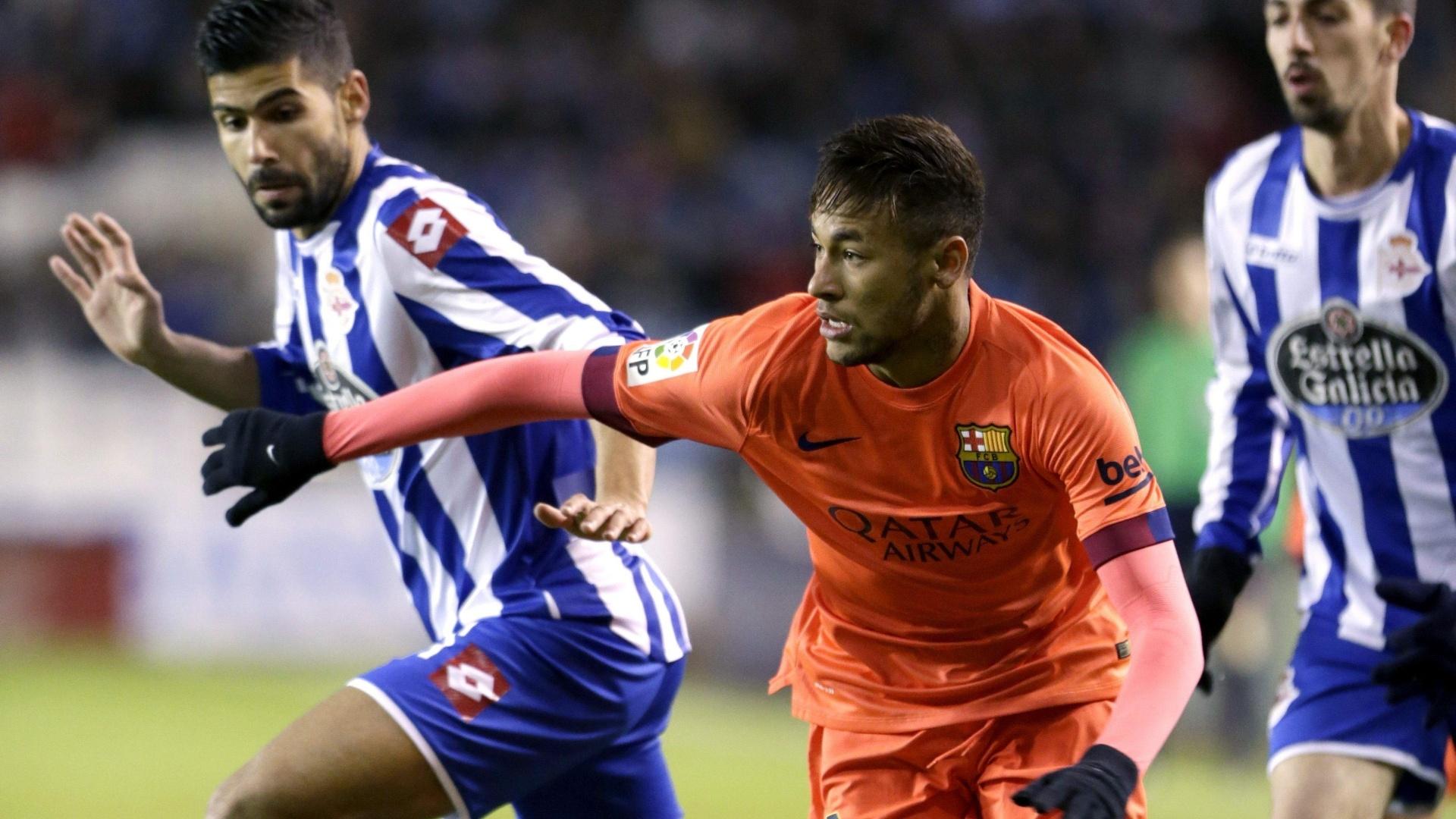 Neymar tenta escapar da marcação do Deportivo La Coruña em partida do Barcelona no Campeonato Espanhol