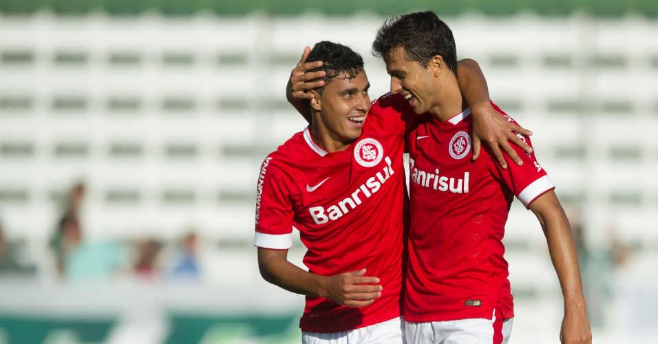 19.jan.2015 - Nilmar comemora com Alisson Farias gol marcado no amistoso Juventude x Inter