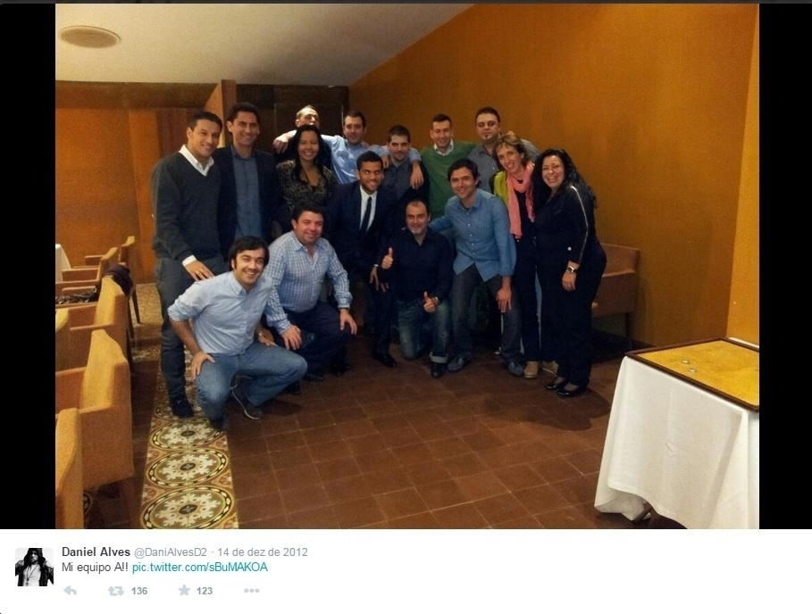 Daniel Alves já apresentou sua equipe profissional nas redes sociais. Dinorah está ao lado do jogador
