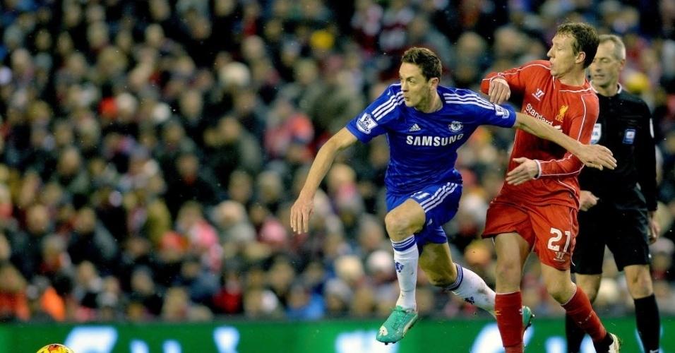 Nemanja Matic (azul) e Lucas Leiva (vermelho) disputam bola no jogo entre Chelsea e Liverpool