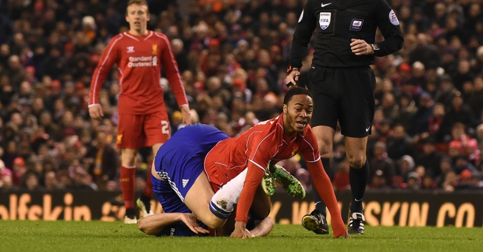 Sterling é marcado por Terry durante jogo da Copa da Liga Inglesa