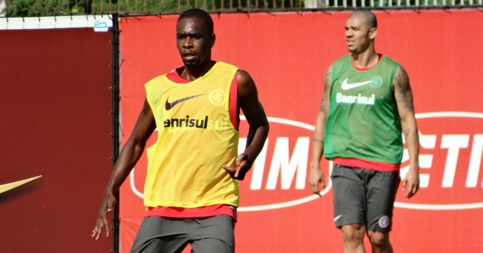 21.jan.2015 - Juan volta a treinar com elenco do Inter após cirurgia no tornozelo direito