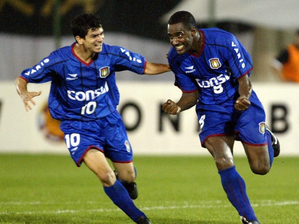 Ailton comemora gol do São Caetano na final da Libertadores de 2002