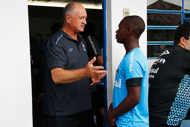Felipão conversa com Lincoln, que deve ficar no elenco principal do Grêmio