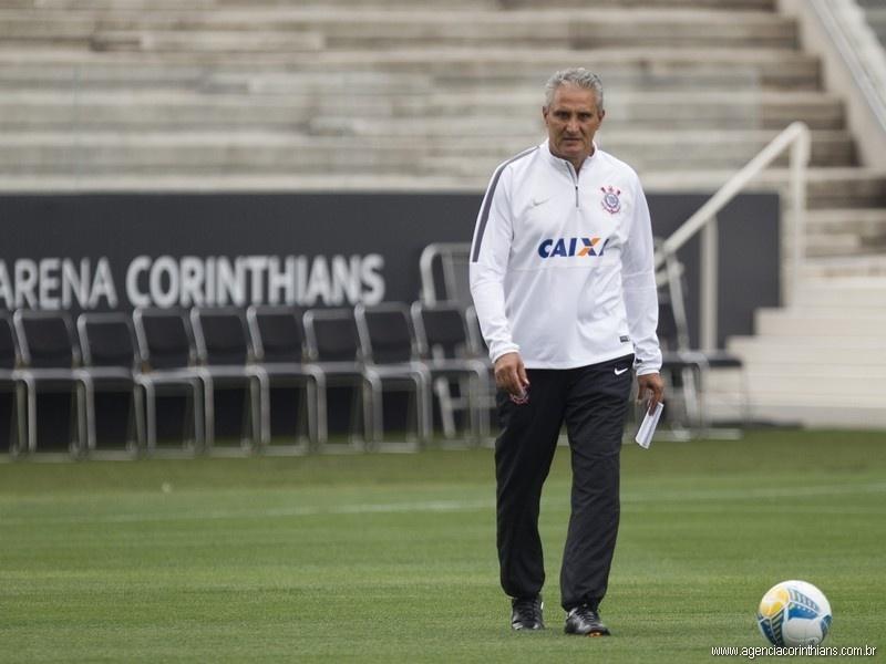 Tite caminha no Itaquerão em seu primeiro dia de trabalho no novo estádio do Corinthians