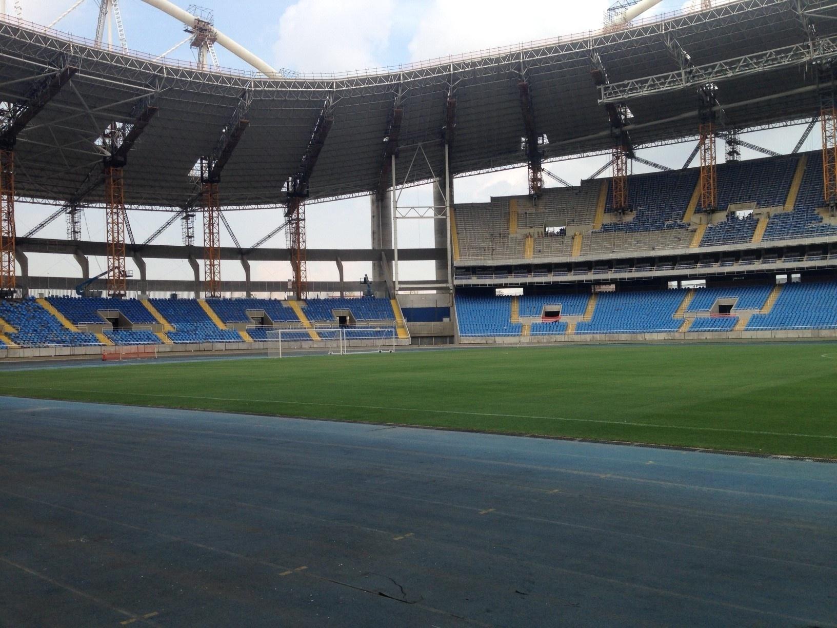 23 jan. 2015 - Máquinas deixam gramado do Engenhão antes de amistoso do Botafogo com o Shandong Luneng
