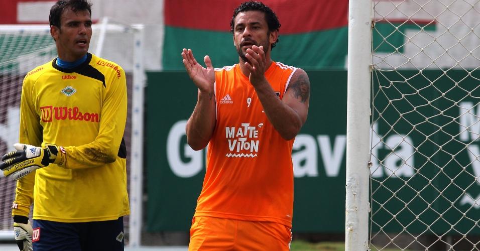 24 jan. 2015 - Fred aplaude jogada do Fluminense durante jogo-treino com a Cabofriense nas Laranjeiras