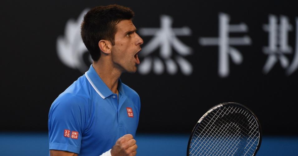 Djokovic vibra após pontuar sobre Fernando Verdasco pelo Aberto da Austrália