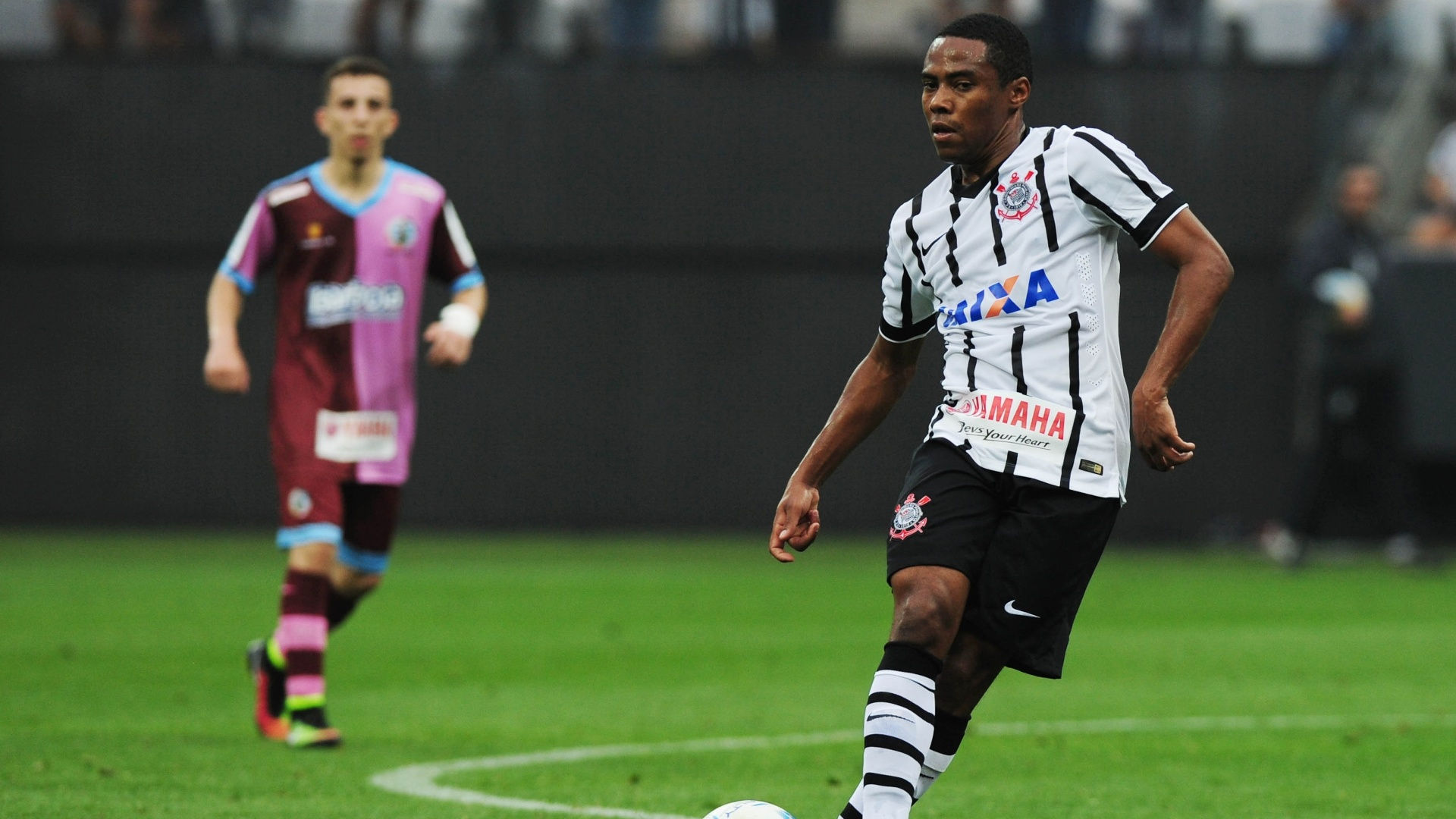 Elias se prepara para fazer o passe durante amistoso entre Corinthians x Corinthians-Casuals
