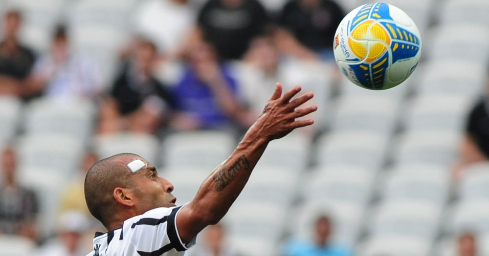 Emerson Sheik tenta dominar bola alta durante jogo do Corinthians