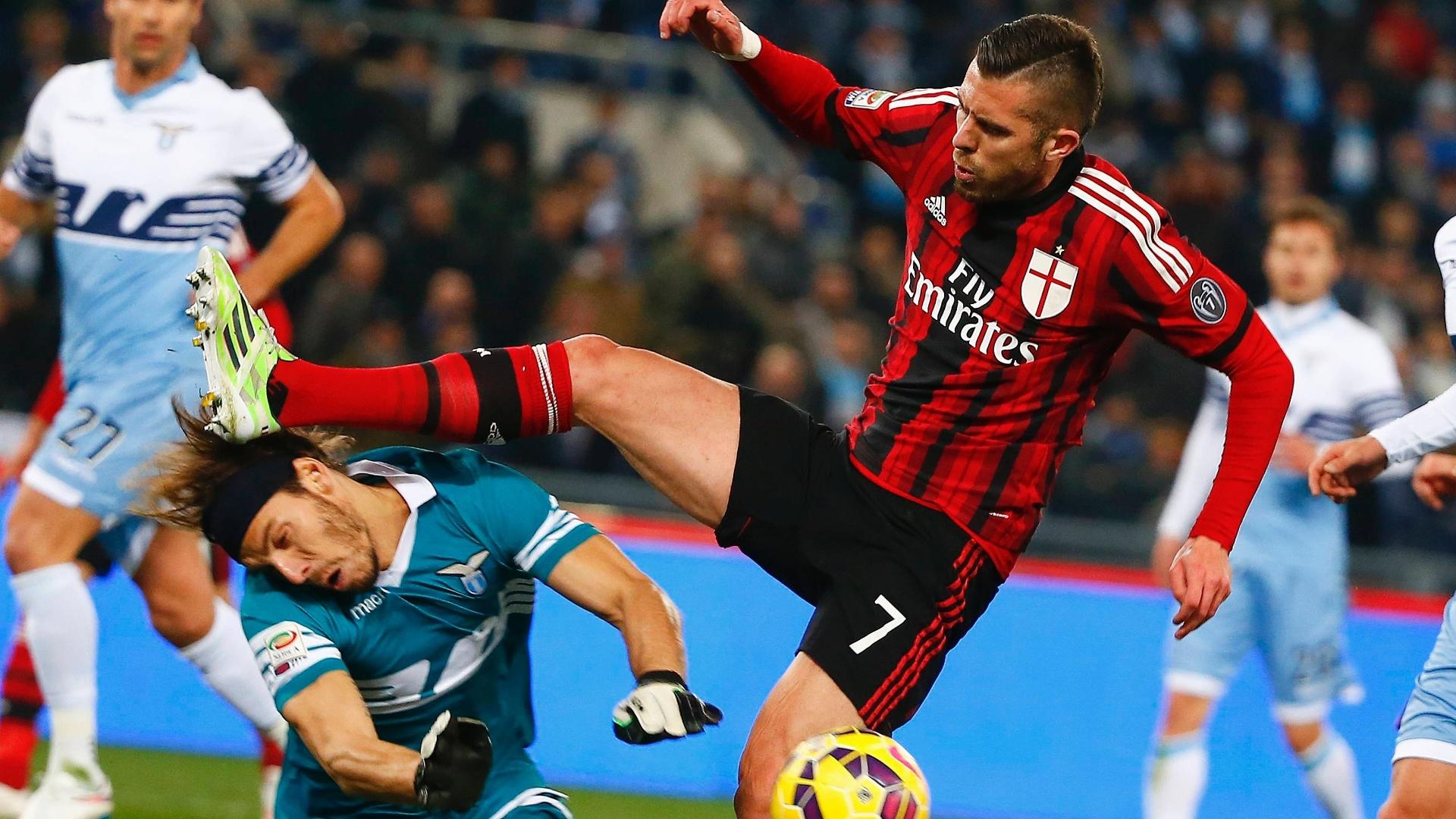 Ménez, do Milan, disputa jogada dura com o goleiro Marchetti, da Lazio