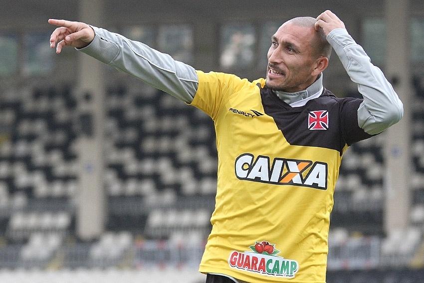 29 ago. 2014 - Volante Guiñazu gesticula durante treinamento do Vasco em São Januário