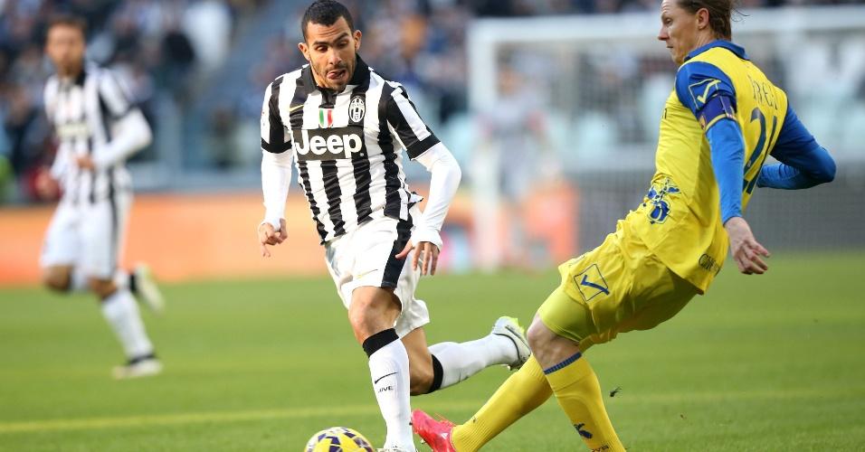 Carlos Tevez (Juventus) e Nicolas Frey (Chievo Verona) disputam bola em jogo na cidade de Turim pelo Campeonato Italiano