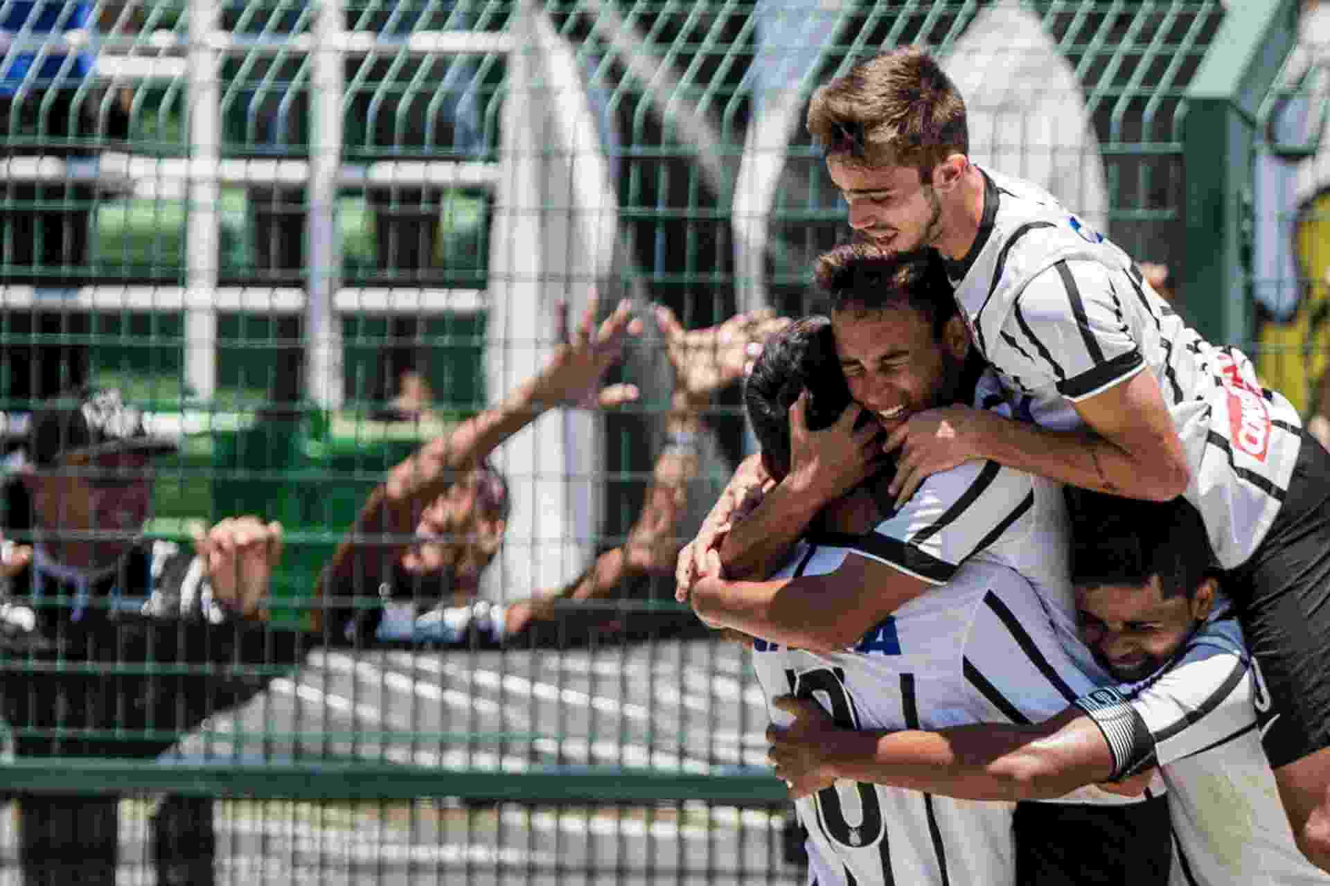 Jogadores do Corinthians comemoram o gol de Maycon na final da Copa São Paulo de Juniores. O clube alvinegro foi campeão após bater o Botafogo-SP por 1 a 0 - Adriano Vizoni/Folhapress