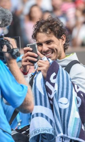 Nadal tira foto de câmera após vencer Kevin Anderson no Aberto da Austrália