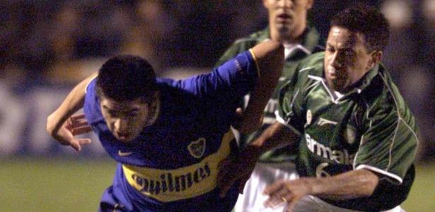 Riquelme tenta escapar da marcação de Júnior na final da Libertadores de 2000