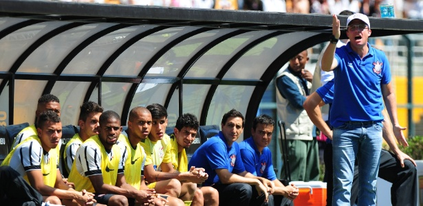 Osmar Loss orientando o time do Corinthians na Copa São Paulo de 2015