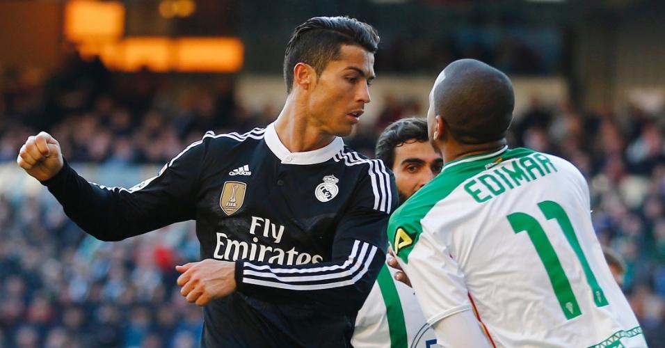 24.jan.2015 - Edimar, do Córdoba, bate boca com Cristiano Ronaldo durante jogo do Campeonato Espanhol