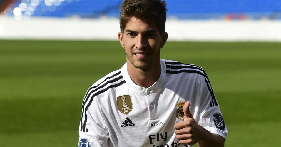 26.jan.2015 - 26.jan.2015 - Lucas Silva posa para os fotógrafos ao ser apresentado para torcedores do Real Madrid no estádio Santiago Bernabéu