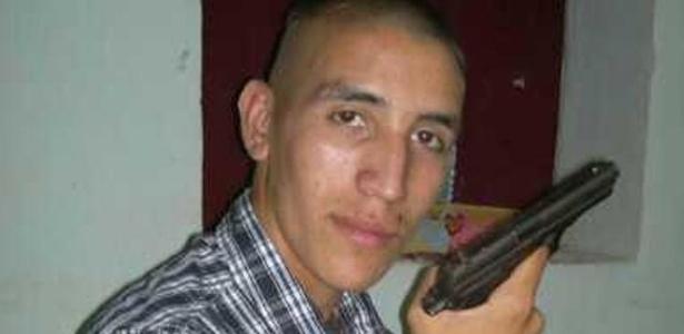 Atacante apareceu em foto com revólver em 2012, quando se firmava como atleta - Tribunero.com/Reprodução