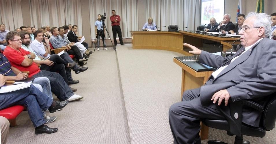 Presidente do Vasco, Eurico Miranda, discursa na Ferj enquanto demais representantes o observam