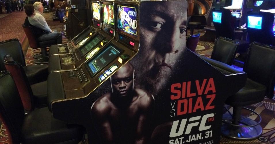 27.jan.2015 - Mesas de caça-níquel do hotel MGM estão encapadas para promover a luta de sábado entre Anderson Silva e Nick Diaz pelo UFC 183