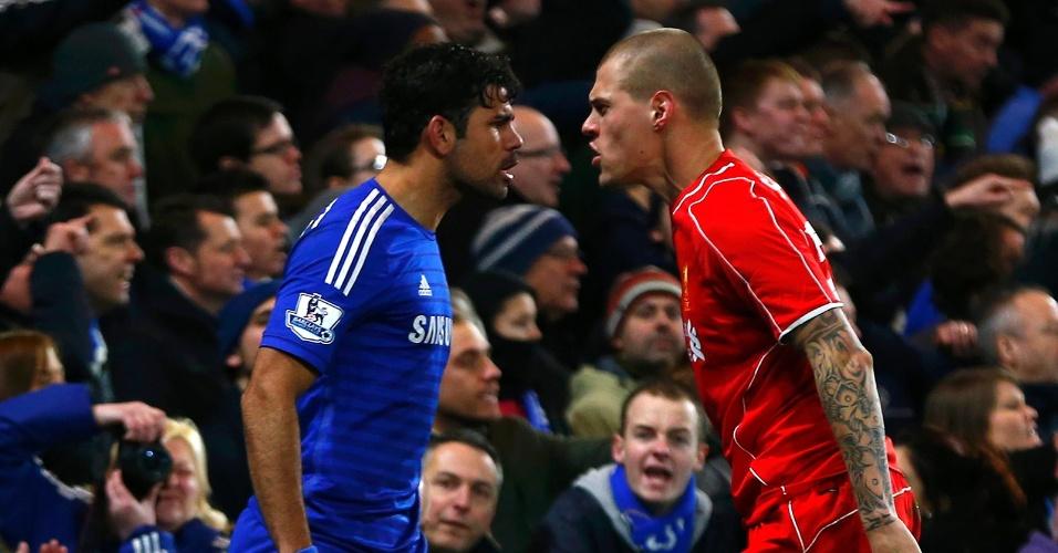 Diego Costa, do Chelsea, e Skrtel, do Liverpool, discutem durante jogo da Copa da Liga Inglesa