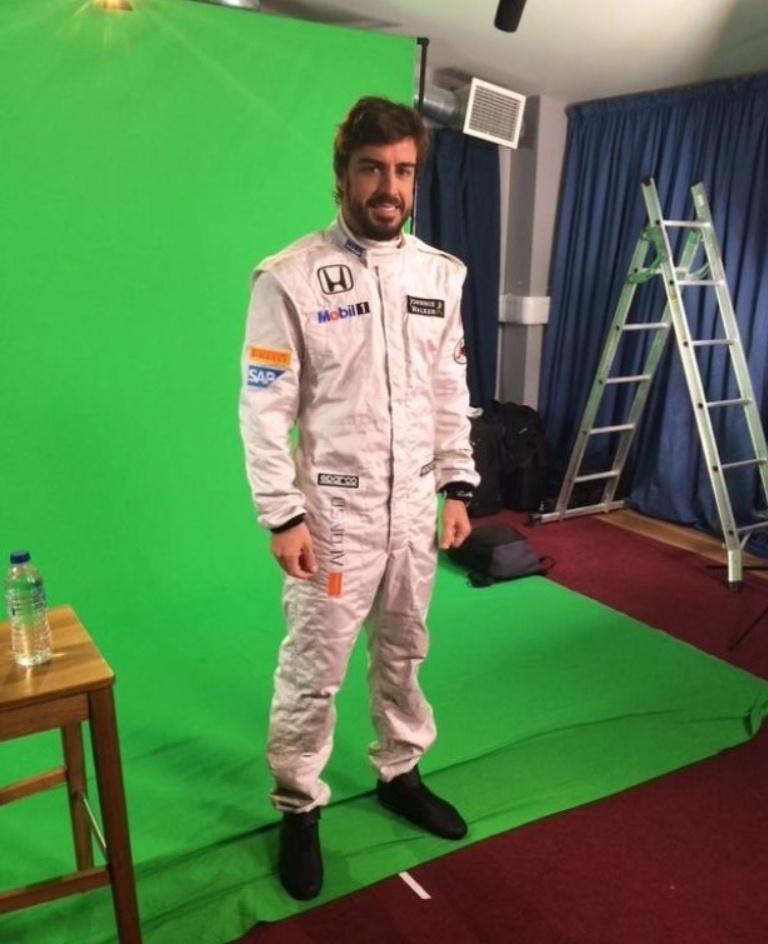 Fernando Alonso veste macacão da McLaren para temporada 2015