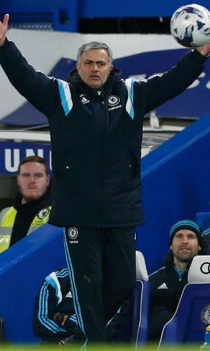 Mourinho reclama durante jogo do Chelsea pela Copa da Liga Inglesa