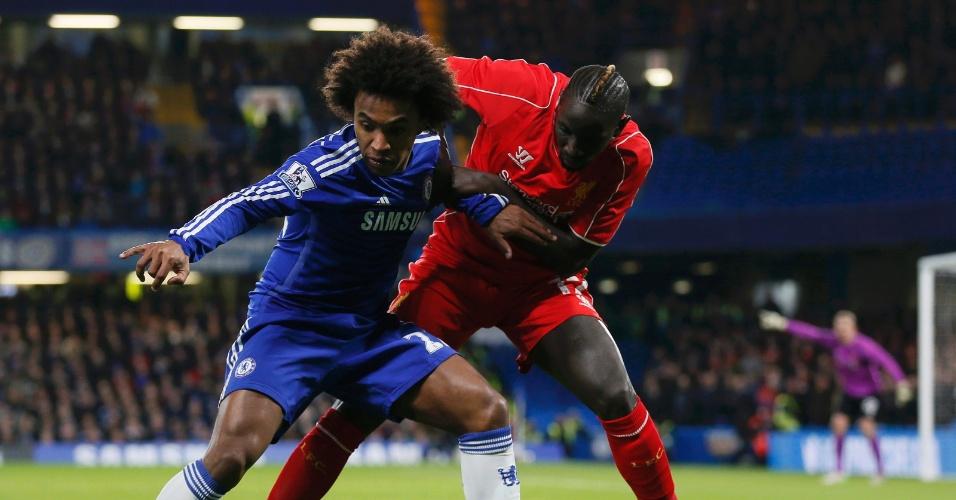 Willian (azul) e Sakho, disputam pela em jogo entre Chelsea x Liverpool pela Copa da Inglaterra