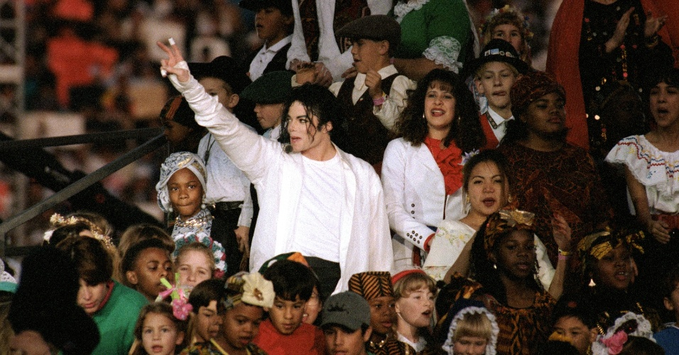 Na última música do show, Heal The World, Michael Jackson cantou ao lado de várias crianças representando diversos países; um enorme mosaico foi montado nas arquibancadas de todo o estádio