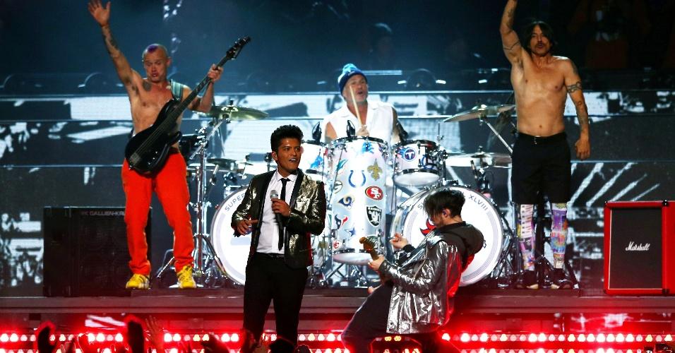 A banda de rock Red Hot Chili Peppers também se apresentou no show do intervalo do Super Bowl 48, tocando Give It Away, que teve ainda a participação de Bruno Mars