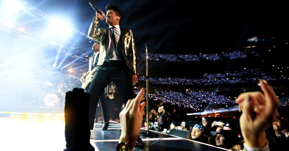O artista Bruno Mars se apresenta no show do intervalo do Super Bowl 48, em fevereiro de 2014