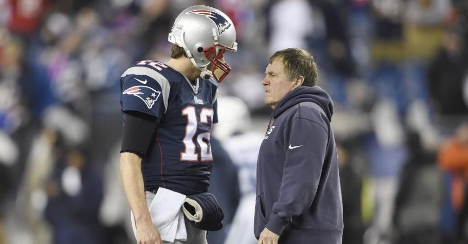 Aqui é trabalho. Belichick conversa com Tom Brady a beira do gramado na partida que levou o time à final da liga de futebol americano deste ano