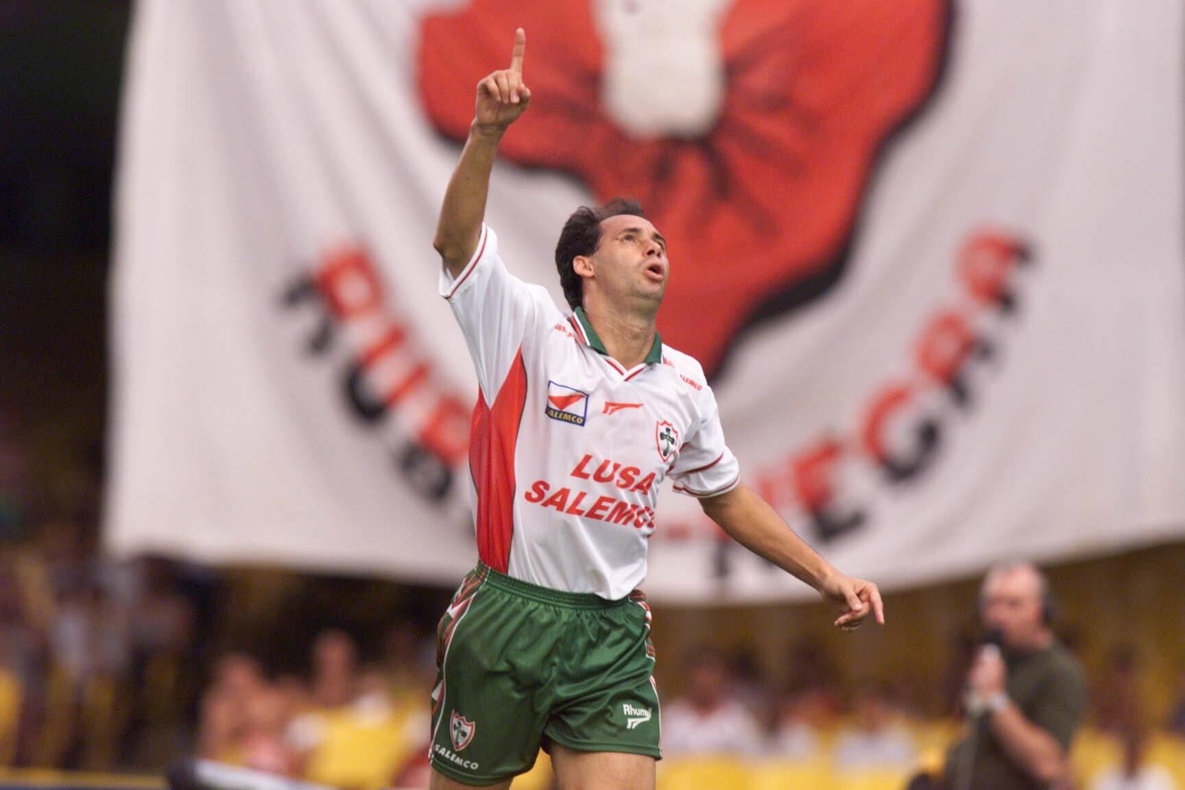 Evair comemora o primeiro gol da vitória de 3 a 2 da Portuguesa contra o Flamengo