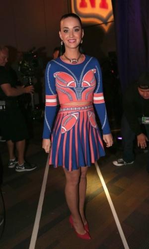 Katy Perry usa vestido temático na divulgação do Super Bowl