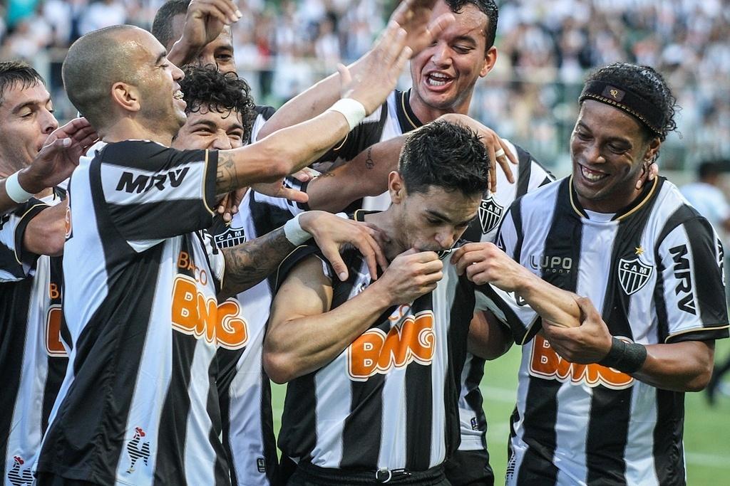 Josué comemora com Ronaldinho e outros jogadores do Atlético-MG um gol sobre o Tupi, no Mineiro de 2013