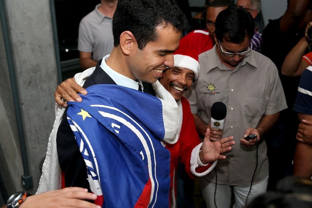 Torcedor do Bahia envolve presidente Marcelo Sant'ana com bandeira do clube