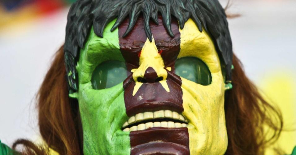 Torcedora de Camarões usa máscara à la Hulk durante jogo do país na Copa Africana de Nações, na Guiné Equatorial