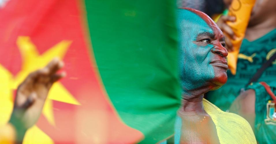 Torcedores de Camarões observa jogo da Copa Africana de Nações pintado com as cores da bandeira de seu país