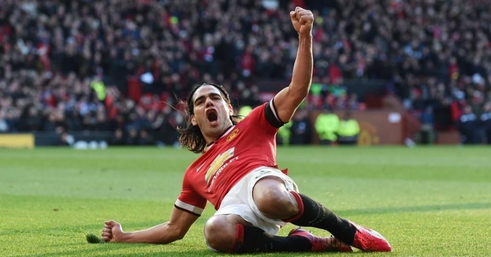 Falcao García desliza no gramado depois de marcar o segundo gol do Manchester United