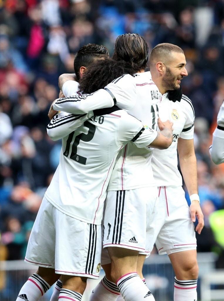 Jogadores do Real Madrid abraçam Marcelo por ter feito cruzamento perfeito para o gol de James Rodríguez