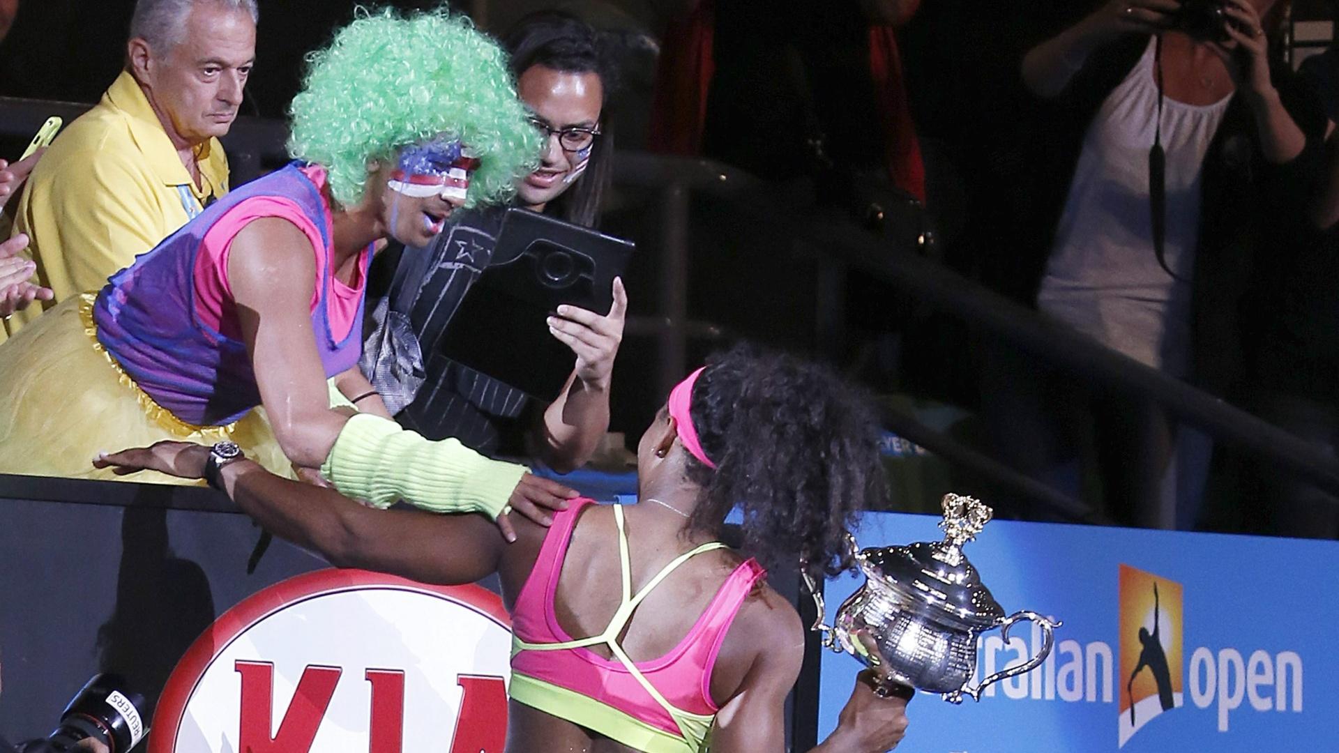 Serena recebe parabéns de fã fantasiado após conquistar o título