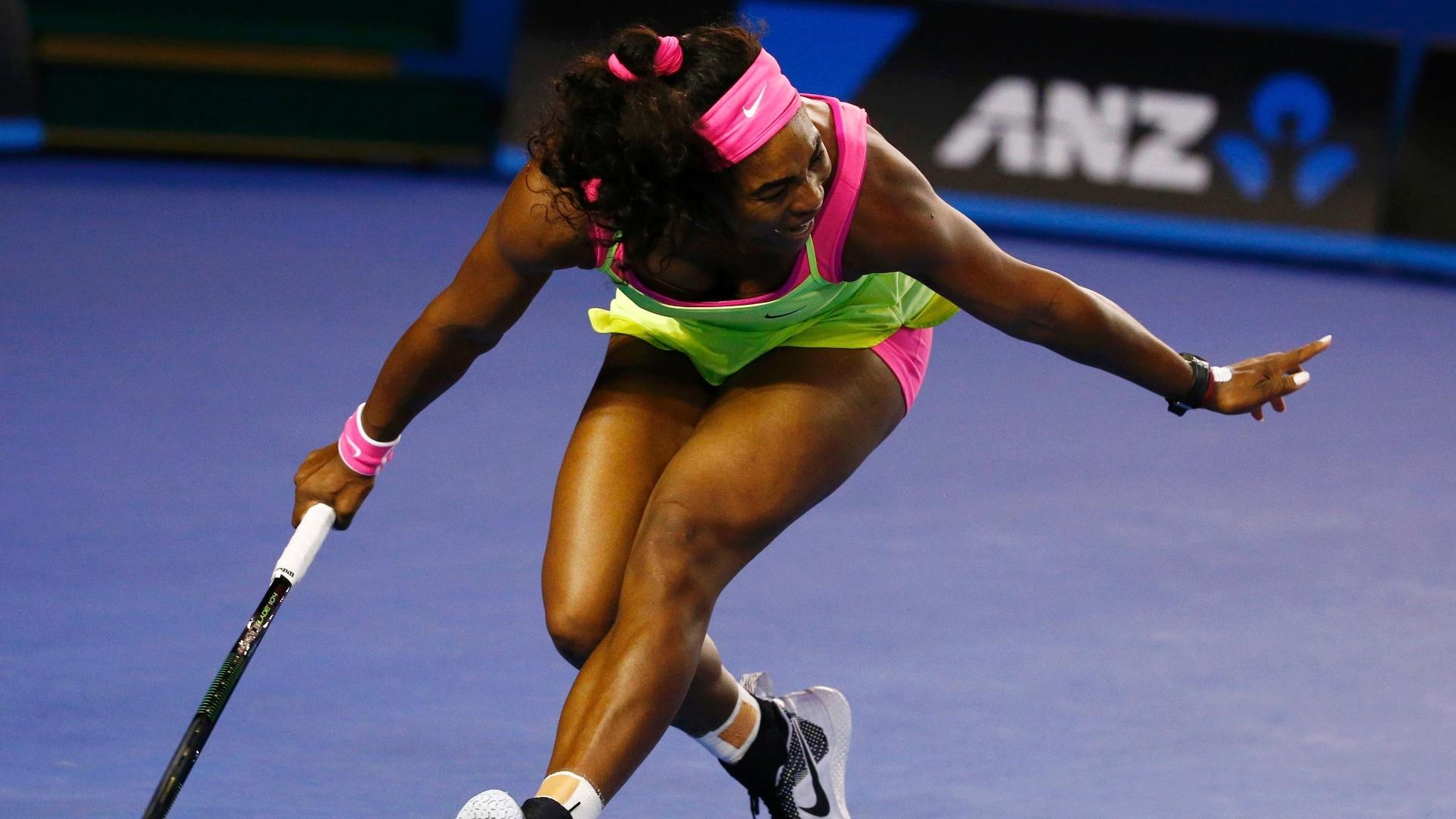Serena se estica para devolver bola no duelo com Sharapova