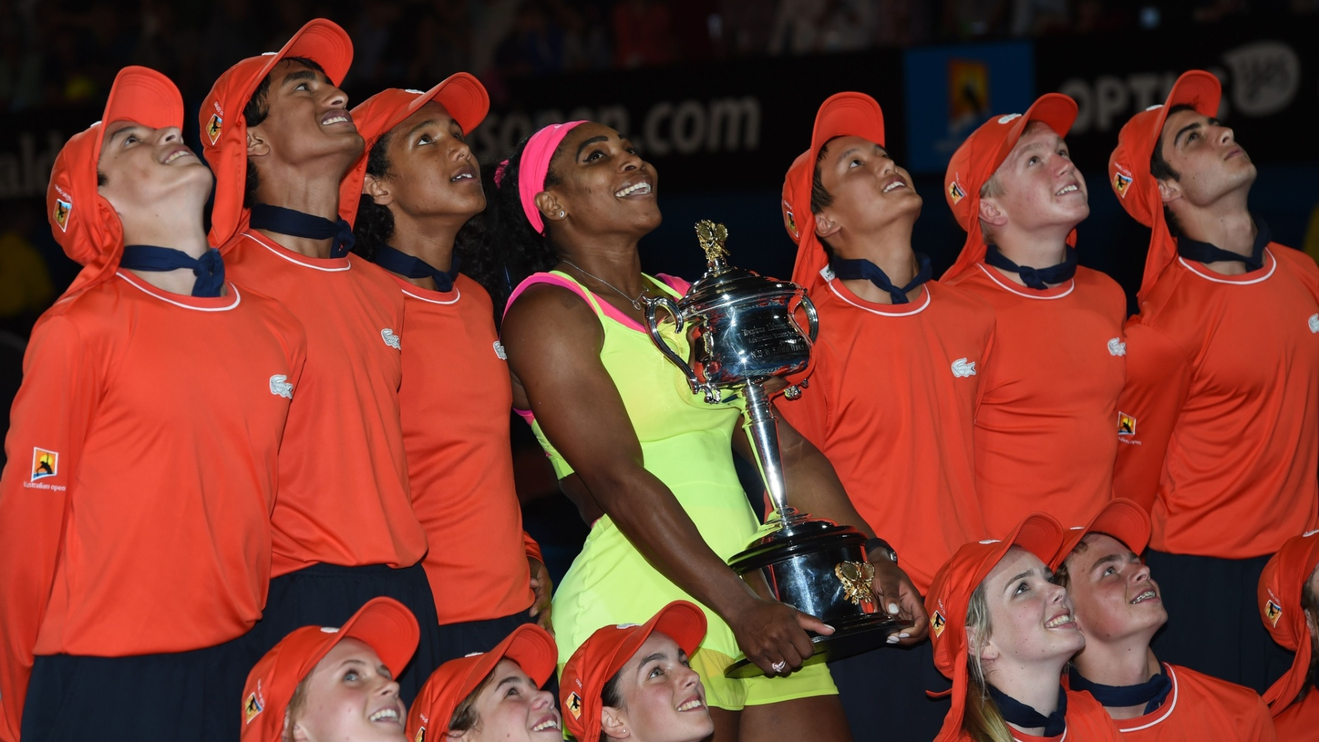 Serena Williams foi cercada por boleiros após receber a taça